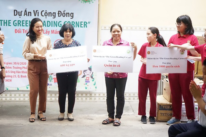 VASers donate and present books, rice, and old clothes to disadvantaged students at a charity school in Ward 25, Binh Thanh District
