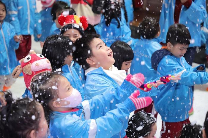 VASers khám phá và tận hưởng mùa đông Châu Âu tại thị trấn tuyết Snow Town
